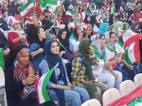 زنان عاقبت به ورزشگاه آزادی رفتند؛ گزارش تصویری از حضور بانوان در ورزشگاه
