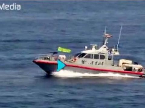فیلم لحظه نزدیک شدن قایق های تندرو ایران به ناو هواپیمابر آمریکایی که دیروز وارد خلیج فارس شد