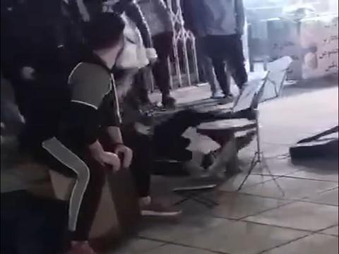 برخورد با سه جوان نوازنده خیابانی در رشت