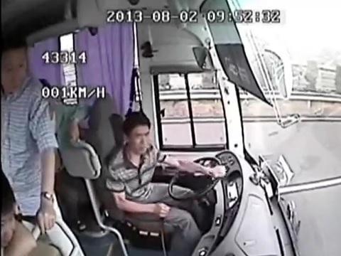 فیلمی از دوربین مداربسته داخل یک اتوبوس هنگام تصادف